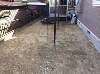 整地された土の庭