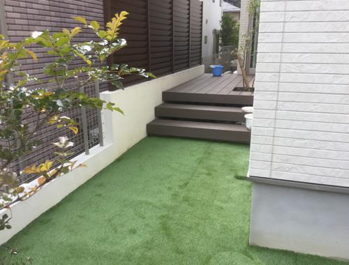 リフォーム後の人工芝の庭