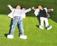 庭でね寝転がるこどもt子供たち