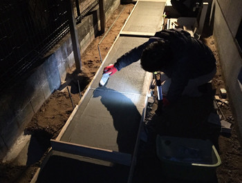 コンクリートに刷毛を引く