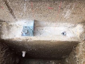 フェンス柱のボルト取付