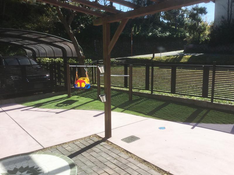 コンクリートと人工芝の庭