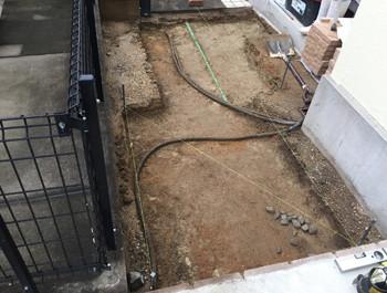 土を掘った庭