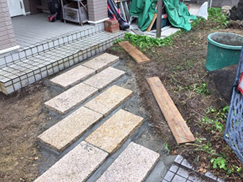 石貼りのアプローチ完成