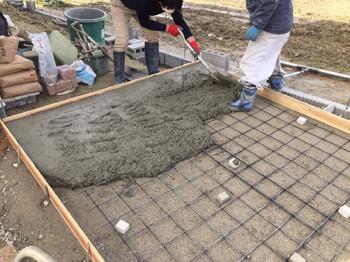 コンクリート打設作業中