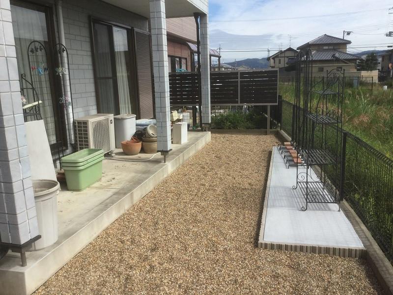 雑草対策後の砂利の庭