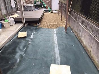 防草シートの上に砂利を入れた庭