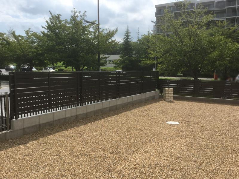 フェンス工事後のフェンスと砂利の庭