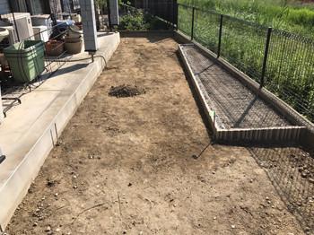 土を掘って整地した庭