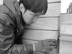 庭リフォーム工事中の男性