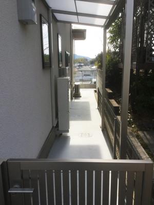 門扉と屋根の付いている駐輪場