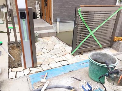 石貼りとスライド門扉