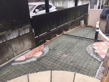 石貼りとメッシュ筋を敷いた庭