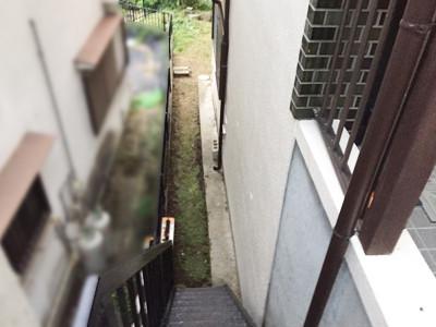 玄関から裏庭を見下ろす