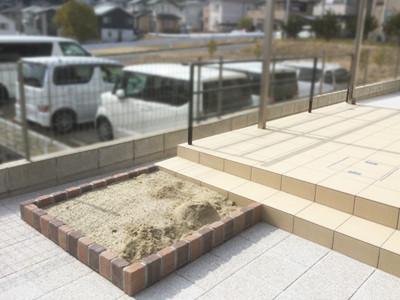 庭に作ったレンガの砂場
