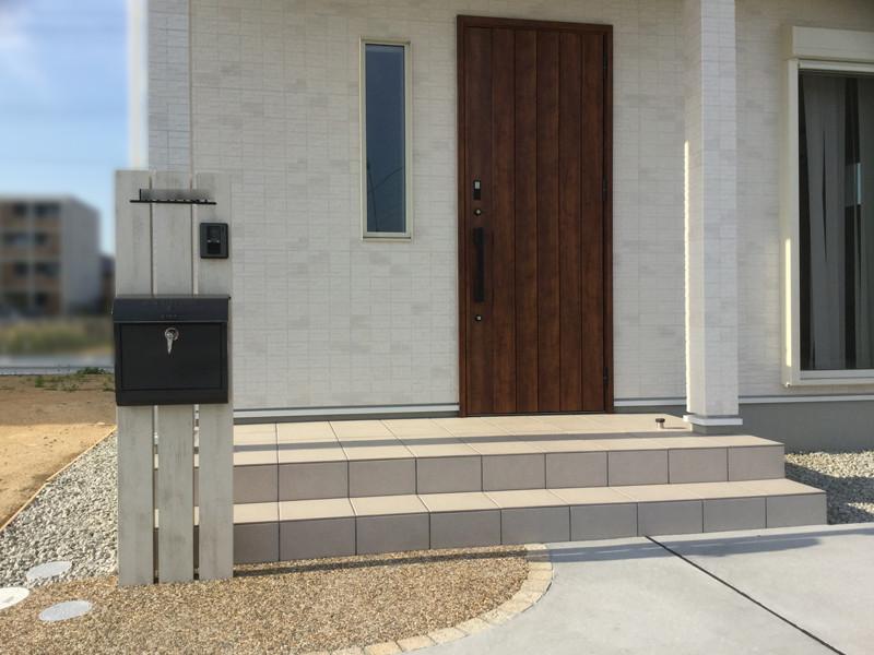 新築外構工事完成後の玄関前