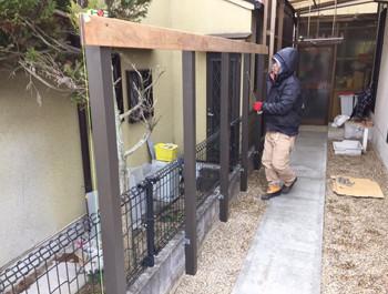 フェンス柱に木を取付ける
