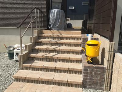 新築外構工事後階段とポスト