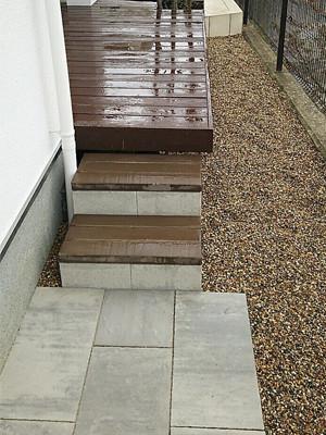 ウッドデッキから降りる階段