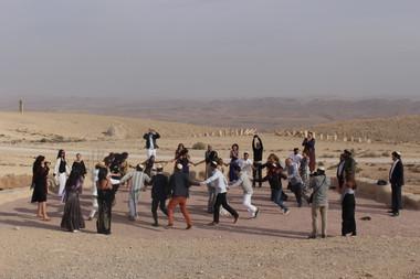 ריקודים על מול הנוף