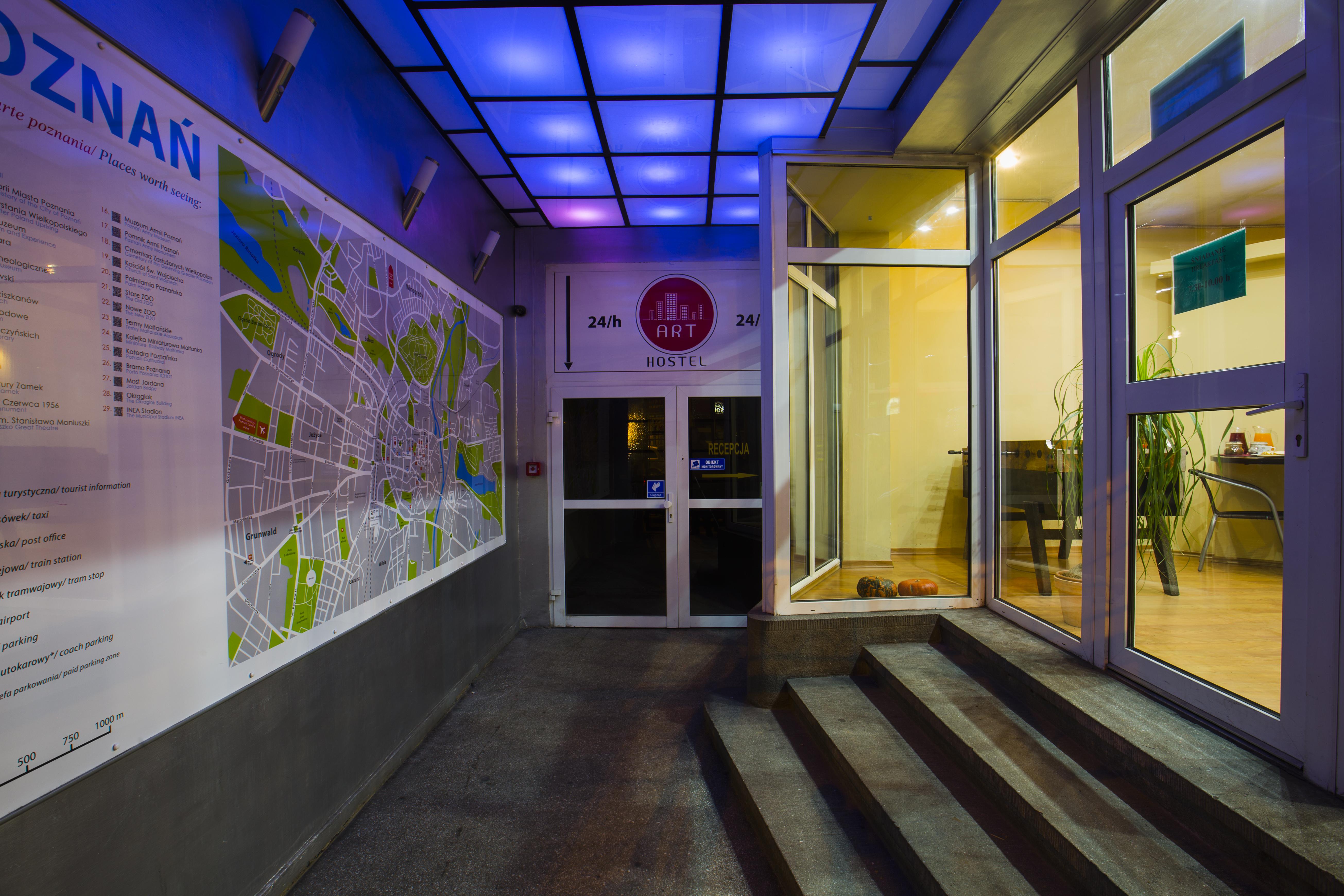 Wejście do ART Hostel Poznań