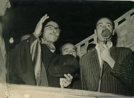 Deputado Tenório Cavalcante, acenando em comício em São Gonçalo, durante campanha do deputado Juarez Távora