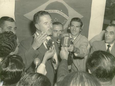 Ademar de Barros, candidato à Presidência da República, na Rádio Mapinguari, em São Gonçalo