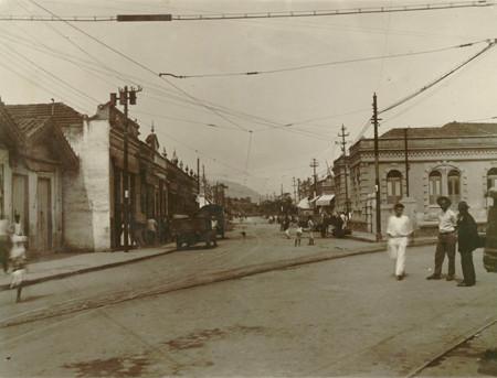 Garagem inicial da Estrada de Ferro Maricá e armazéns em Neves