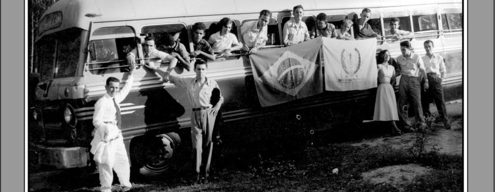 FOTO 18 - MOVIMENTO ESTUDANTIL. BANDEIRAS DO BRASIL E DA ASSOCIAÇÃO GONÇALENSE DE ESTUDANTES (AGE)