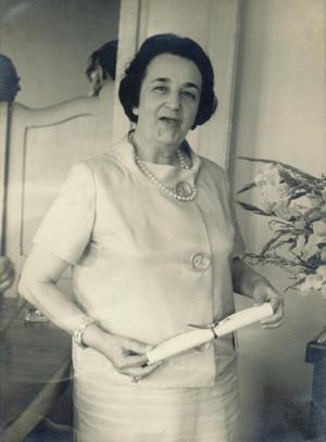 Professora Hermínia Vaz recebendo homenagem