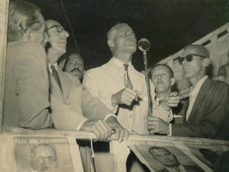 Juarez Távora discursando em comício em São Gonçalo durante campanha para presidente da República
