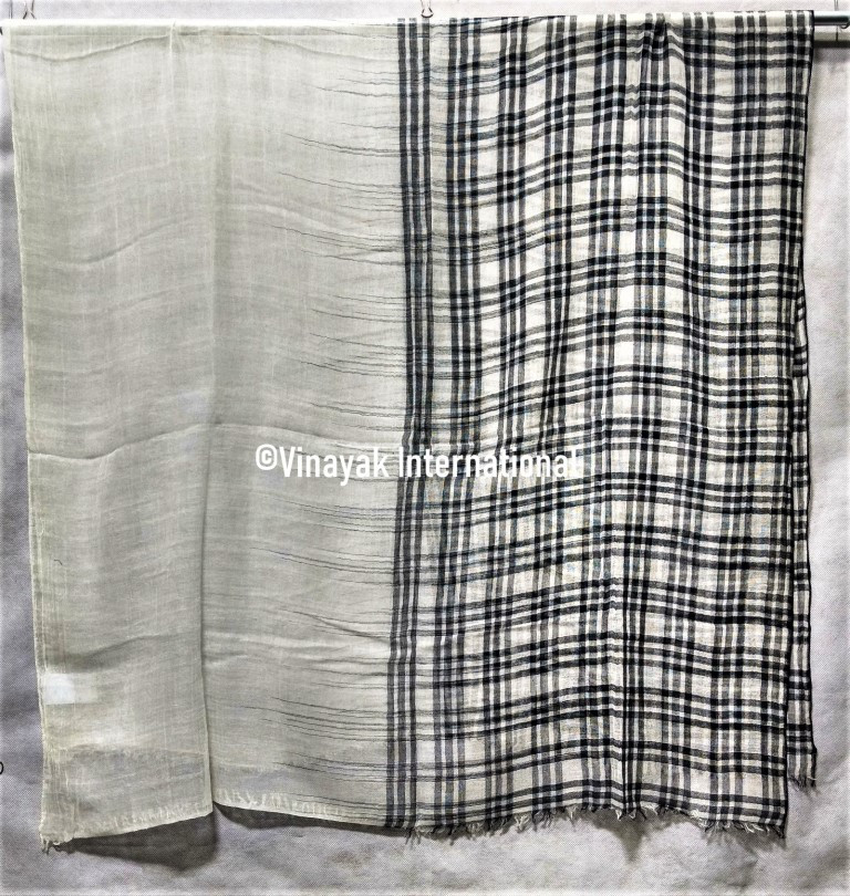 Light grey and black checquered stole
