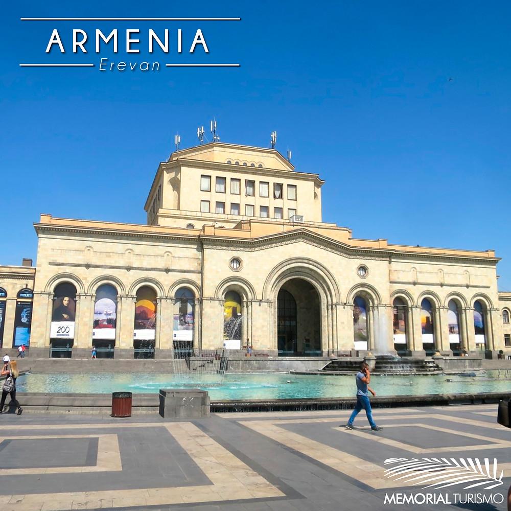 Praça da República, em Erevan, com Museu ao fundo.