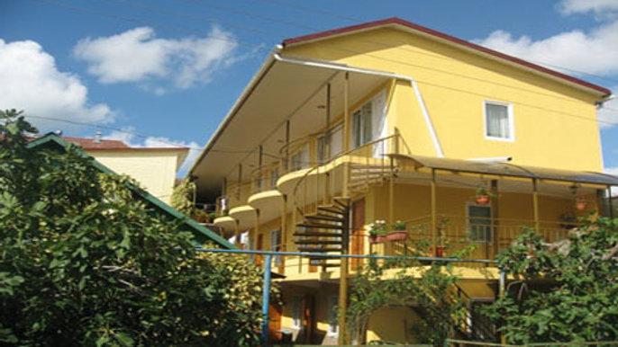 Лотос, частная гостиница  (по пути на пляж железную дорогу переходить не надо!)