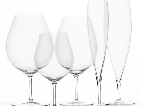 日本酒とワイングラス