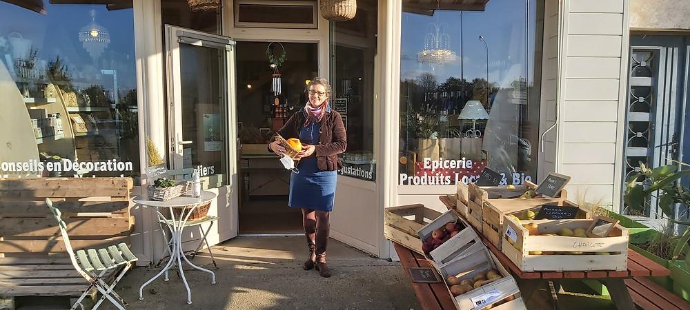 Nathalie avec une partie de sa gamme de produits devant « La Boutik ». © Martin Buron-Brohand