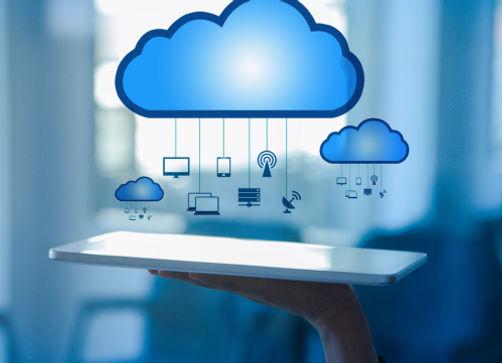 Mão segurando um tablet sob uma ilustração de nuvem com ícones tecnológico com um fundo azul