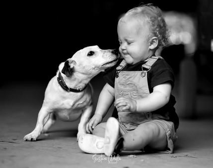 A menina e o cãozinho
