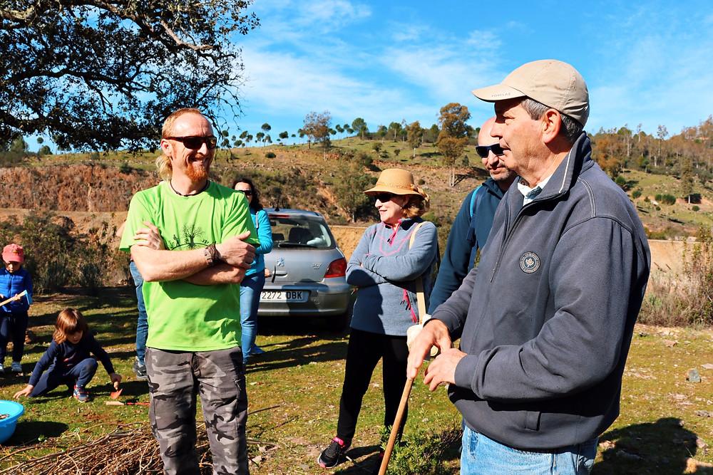 Luis Miguel Calero y Juan Romero con algunos de los participantes