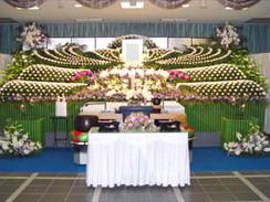 菊を主体としたボリュームのある花祭壇