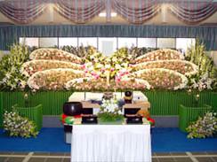故人の好きだった洋花での花祭壇