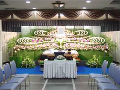菊と洋花のボリュームのある花祭壇