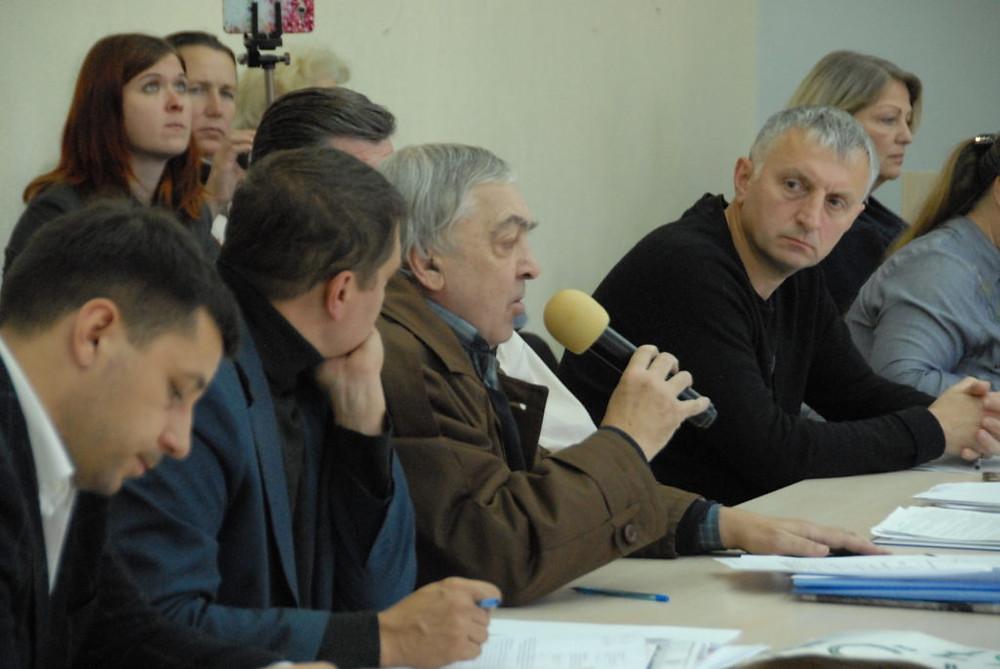 Сергей Дюжев (с микрофоном) выступает на заседании комиссии горсовета в Киевской мэрии