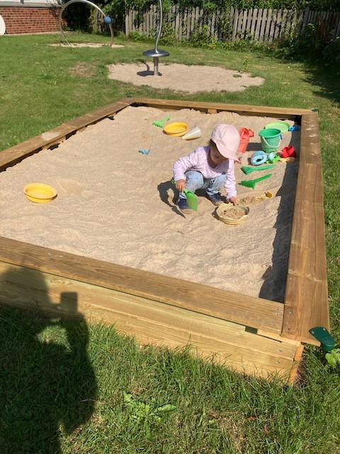 Kids, Eltern und Großeltern sagen: Danke Kurt für den neuen Sandkasten!