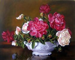 Peonie w białej wazie