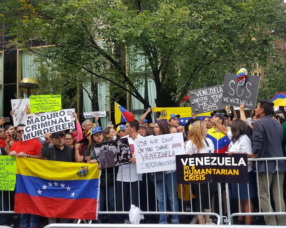Venezolanos protestando en EEUU
