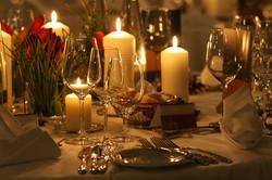 Tischdekoration mit Blumen & Kerze