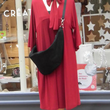 Robe rouge et sac en cuir satiné