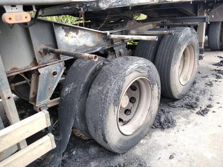 Caminhão pega fogo na BR-376