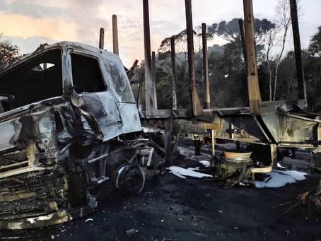 Caminhões pegam fogo em acidente e motorista morre carbonizado